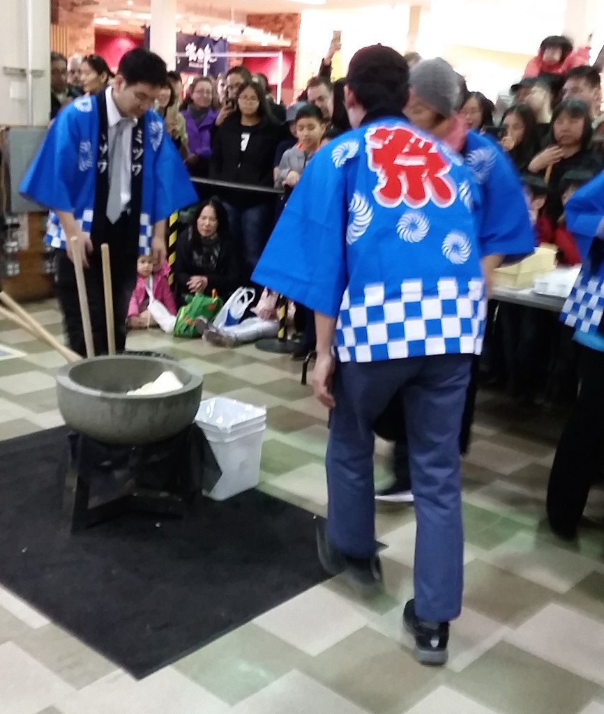Mitsuwa, NYC, NJ, Japan, oshogatsu, New Year's Day, festival, Year of the Rooster, mochitsuki, mochi, kagamimochi, Pikotaro, taiko, shishimai